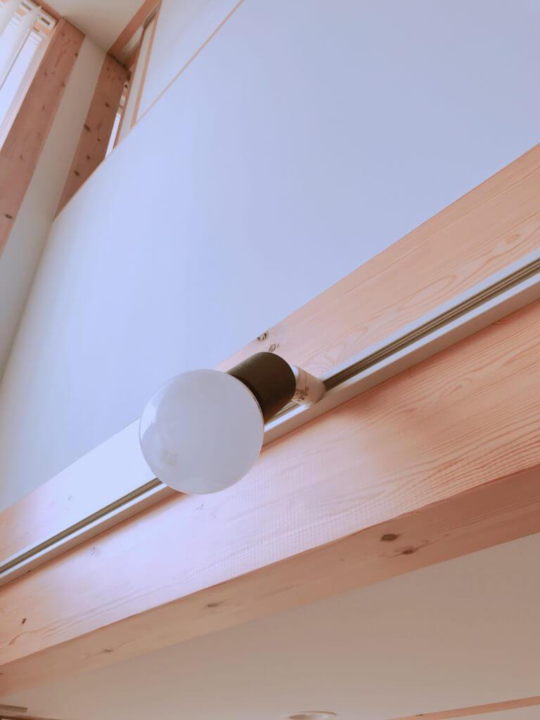 木の家のスポットライトの電球(丸形)