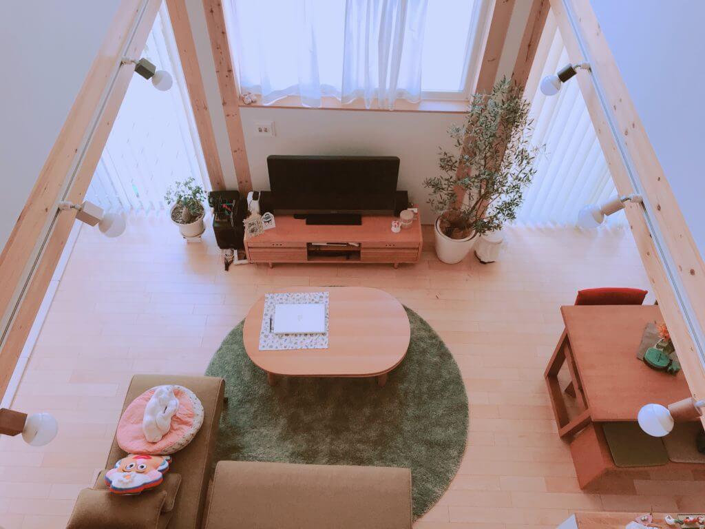 木の家のIKEAの円形のラグ