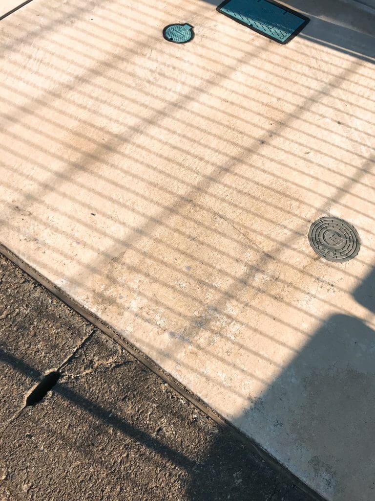 駐車場のコンクリートのコーンの後