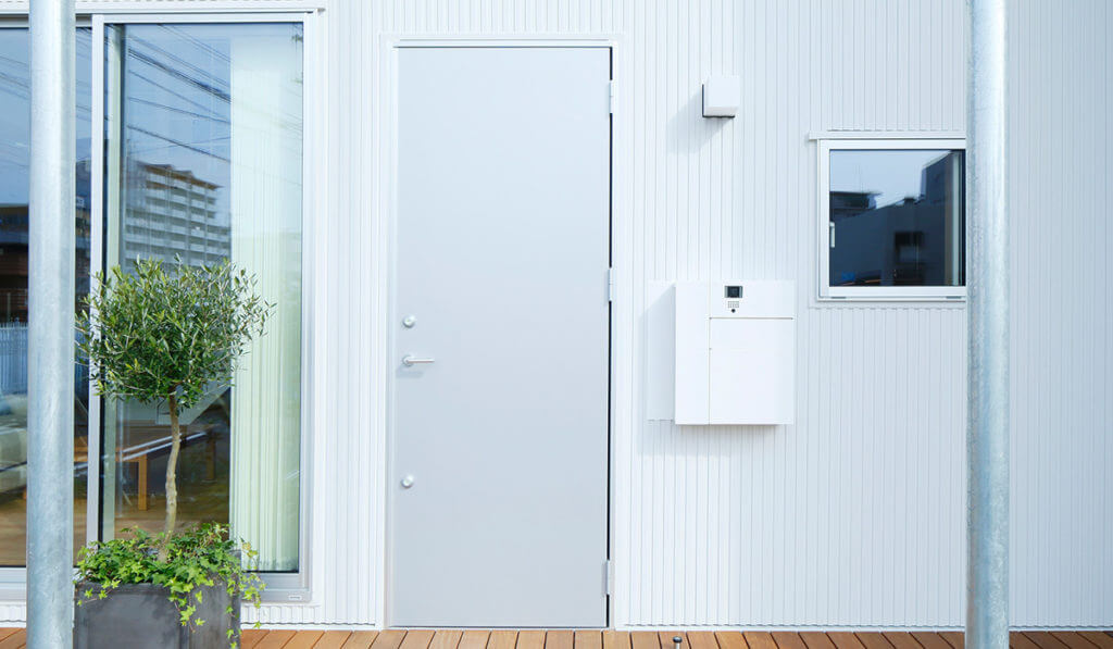 無印の木の家の玄関ドア:シルバー