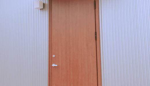 玄関ドアの色選びは慎重に!無地良品の木の家には木目柄が似合う
