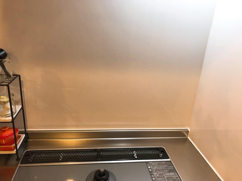 ウタマロクリーナーで、コンロの壁の油汚れをキレイに掃除