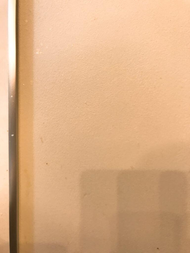 無印の木の家の汚れた壁