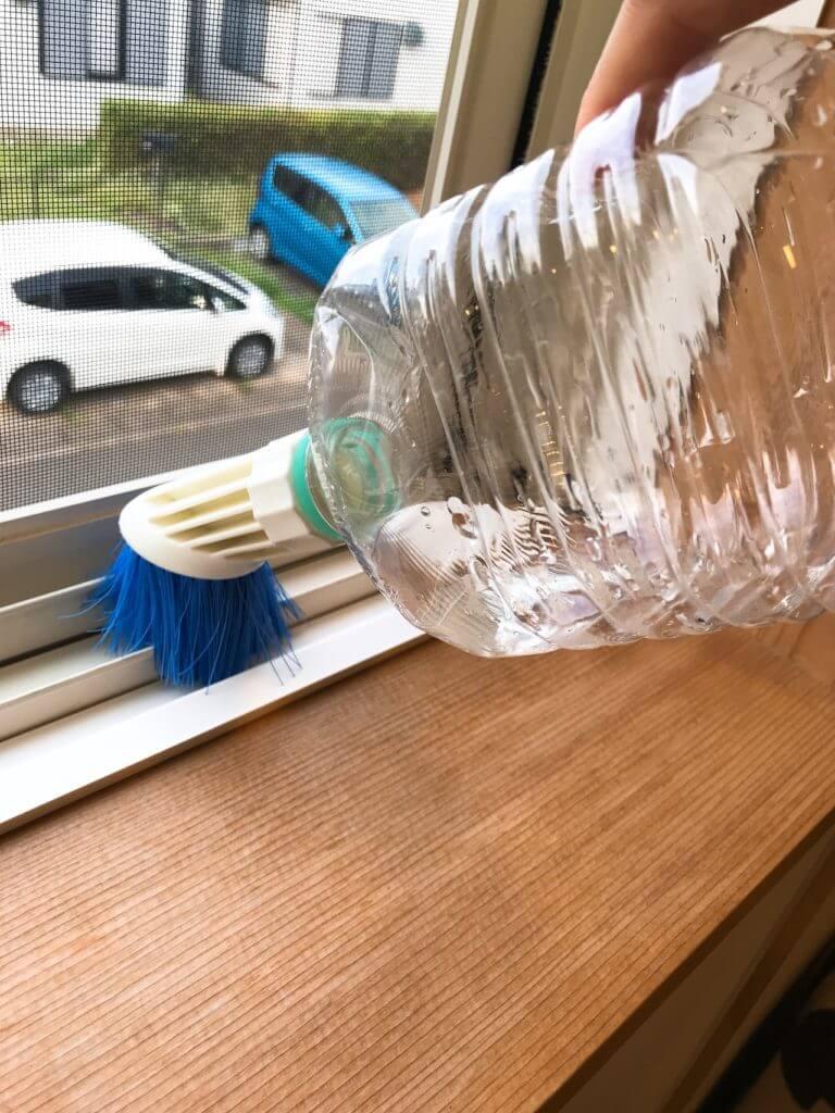 ペットボトルブラシなら窓サッシの掃除がサッと終わる