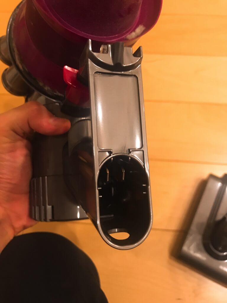 ダイソンの掃除機のバッテリー交換:バッテリーを抜く