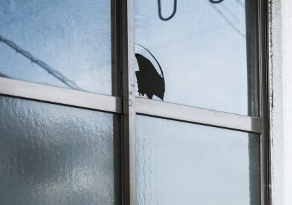 泥棒を防ぐには「窓」を守れ!手口から見る3000円でできる効果的な対策【泥棒のセキュリティ対策】