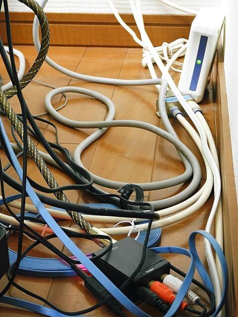 机の下のぐちゃぐちゃな配線