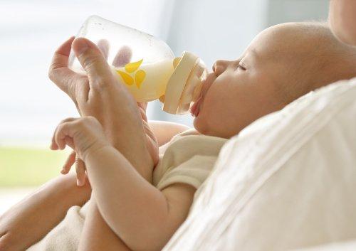 哺乳瓶の乳首部分をグイッと押し込んでいる図