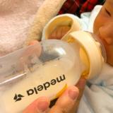 哺乳瓶でのミルクの飲ませ方。コツはグッと押し込んで、吸わせること