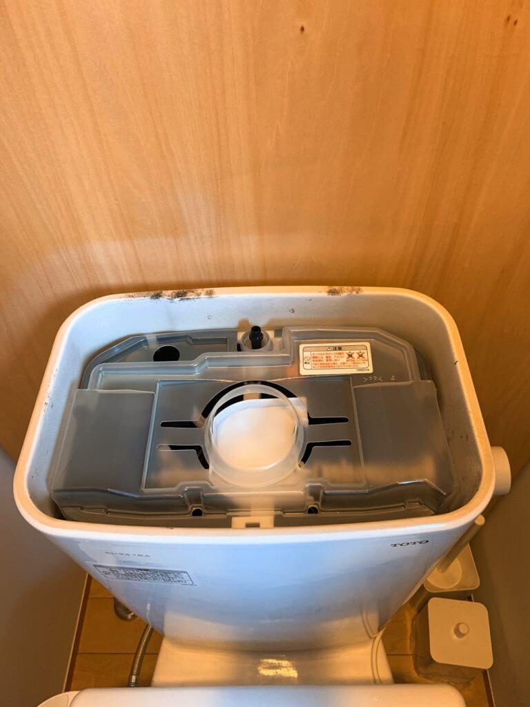 トイレのタンクのフタを開けたところ(カバー有り)