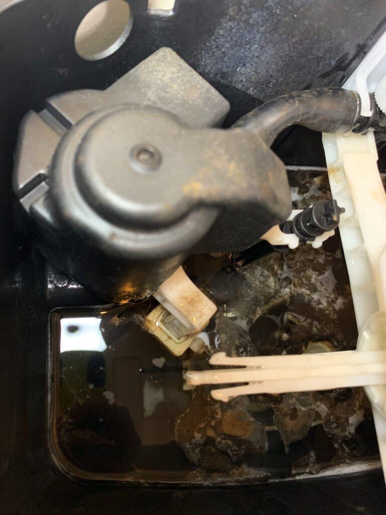 お湯を入れたら、トイレのタンクの汚れが一気に浮いた!
