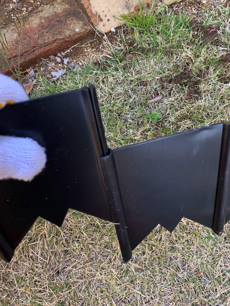 芝の侵入を防ぐ根止めの板仕切りを連携させるところ