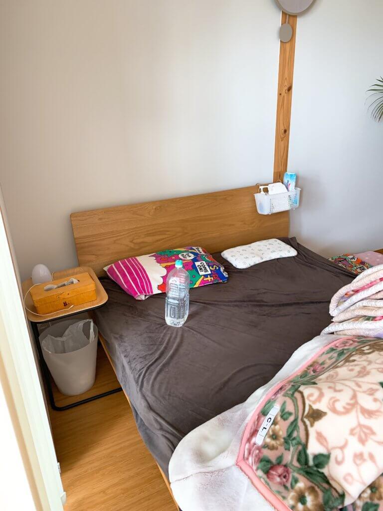 無印良品のベッドサイドテーブルをベッド脇に設置