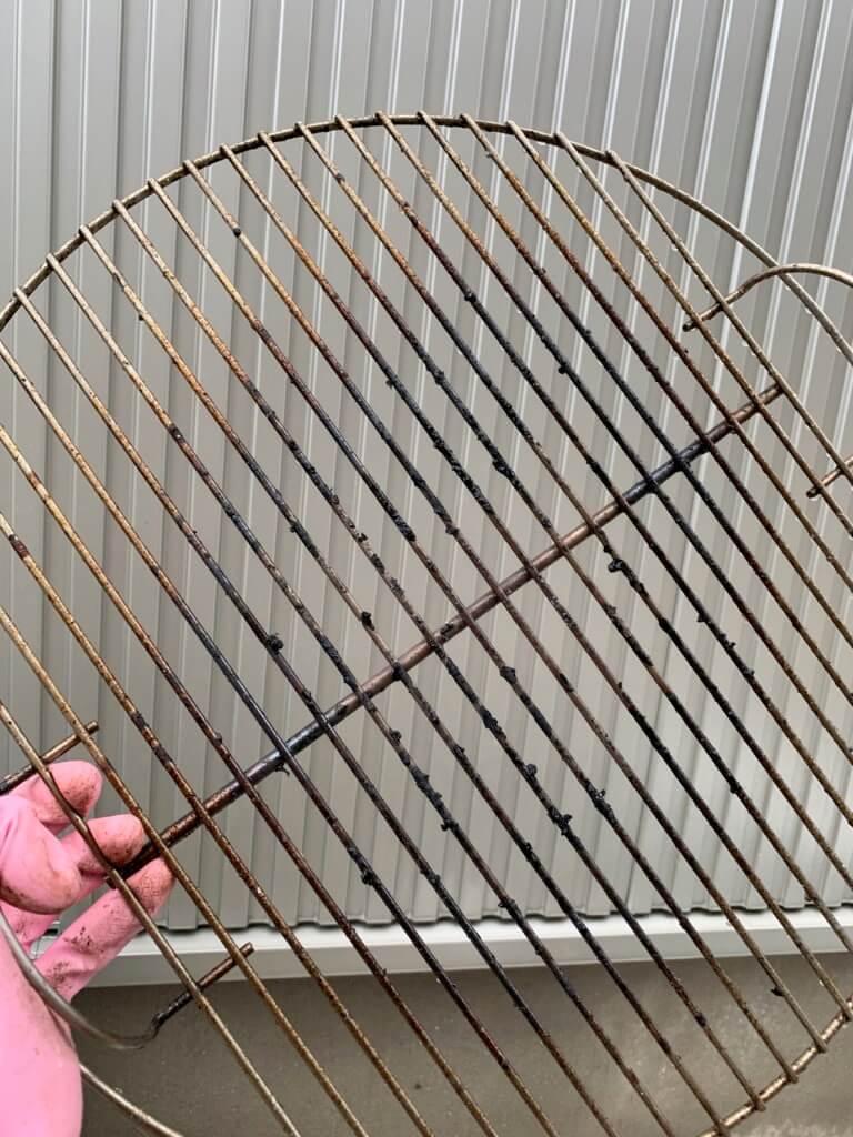 バーベキューで汚れた網