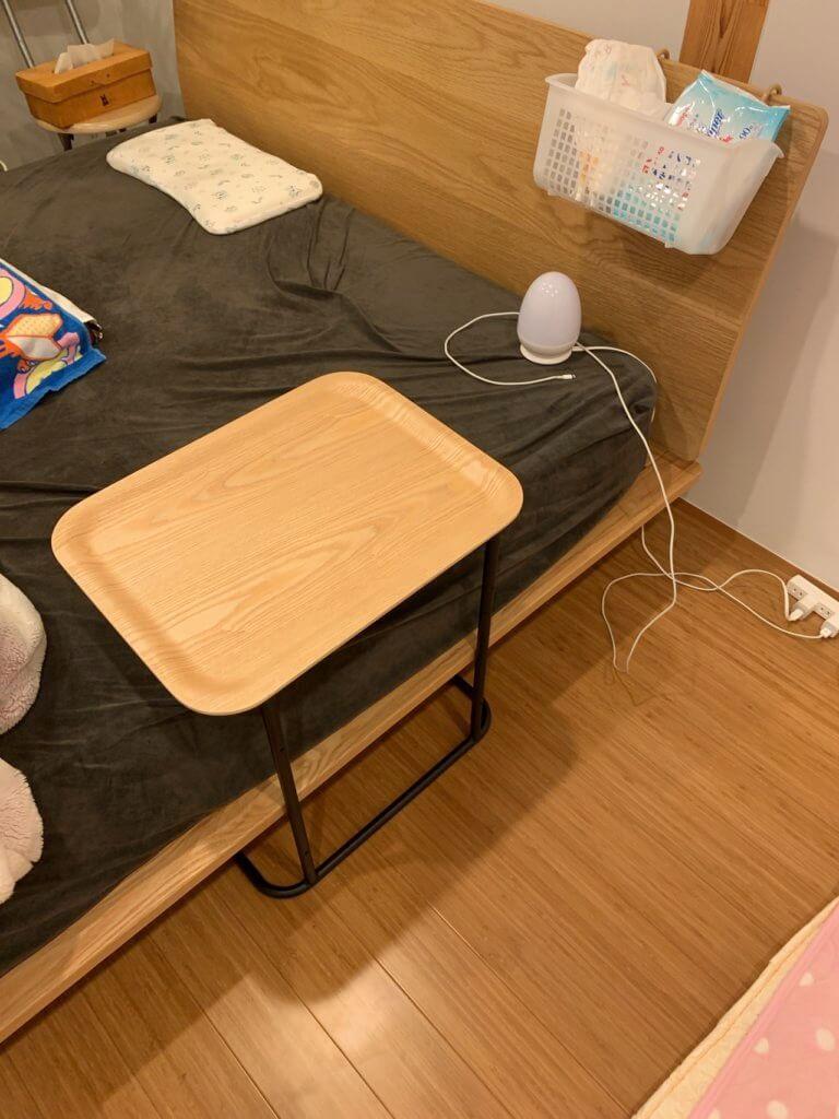 無印良品のベッドサイドテーブルを寝室に設置(ベッドに食い込むパターン)