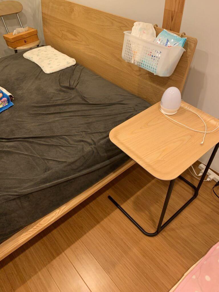 無印良品のベッドサイドテーブルを寝室に設置