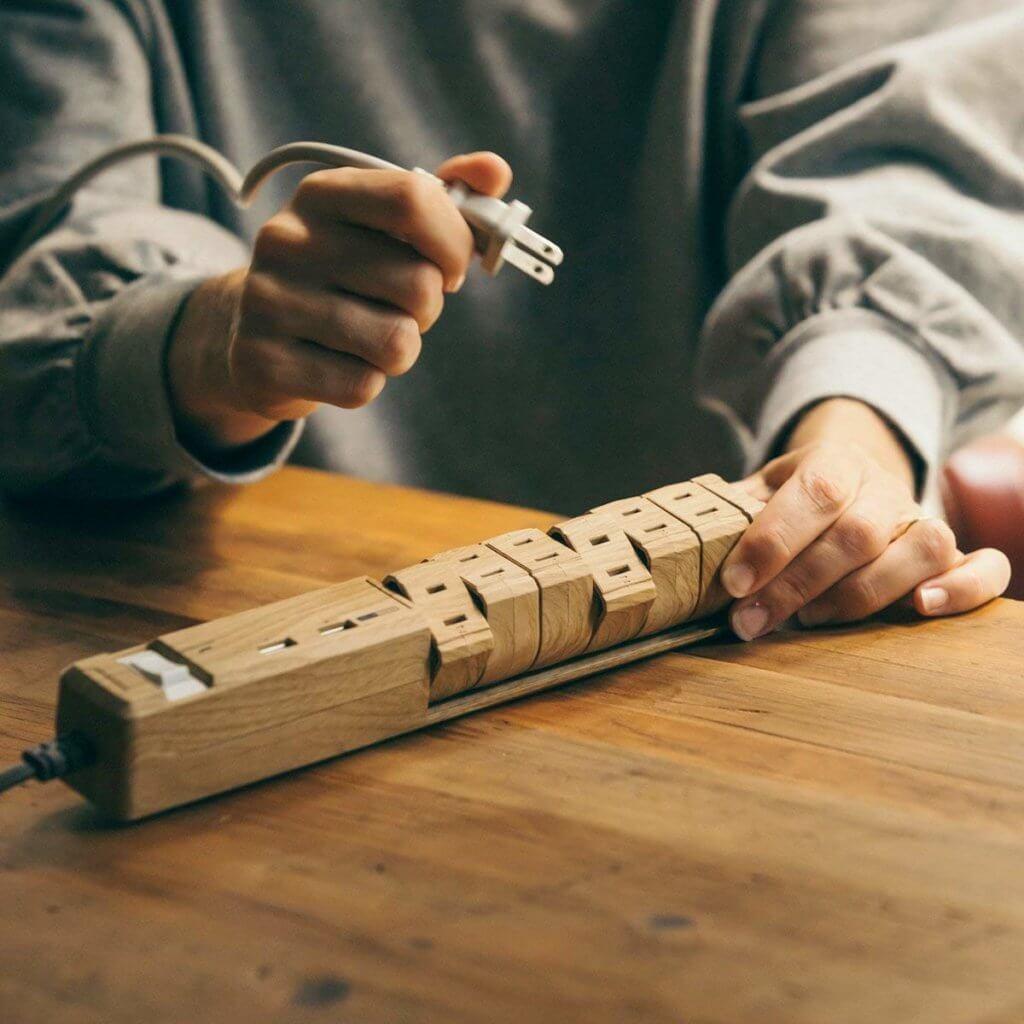 木目調のデザインの電源タップ