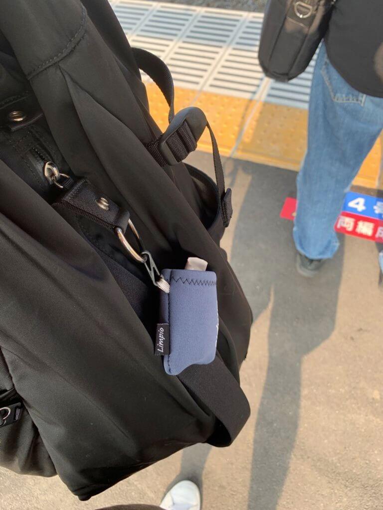 バッグに取付可能な携帯用メガネクリーナーをバッグに取付