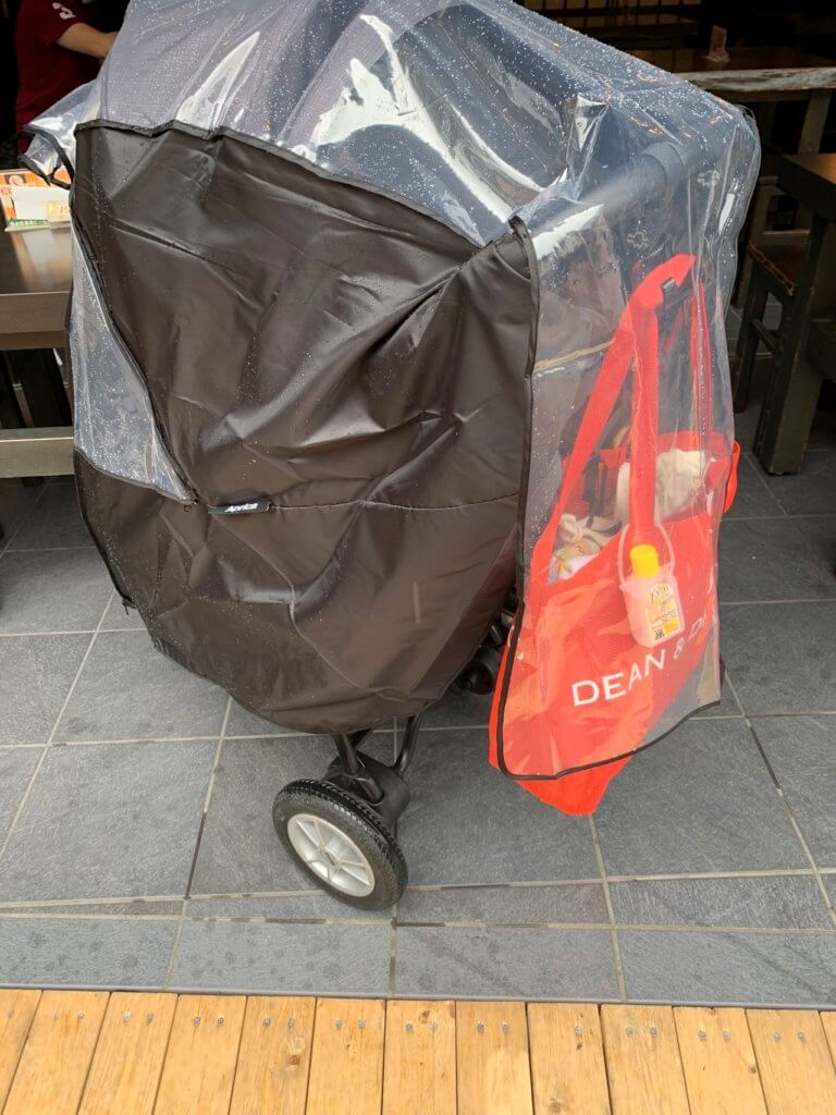 スムーブのレインカバーは荷物も雨から守れる