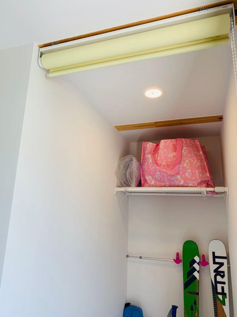 玄関の収納スペースの目隠しとしてロールスクリーンを設置したところ