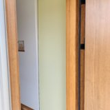 玄関収納をロールスクリーンで隠した写真