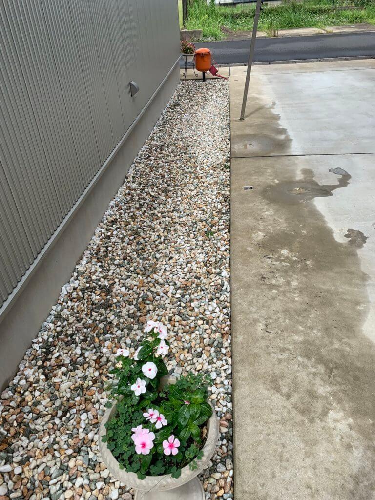 砂利を敷いた家の通路、駐車場脇
