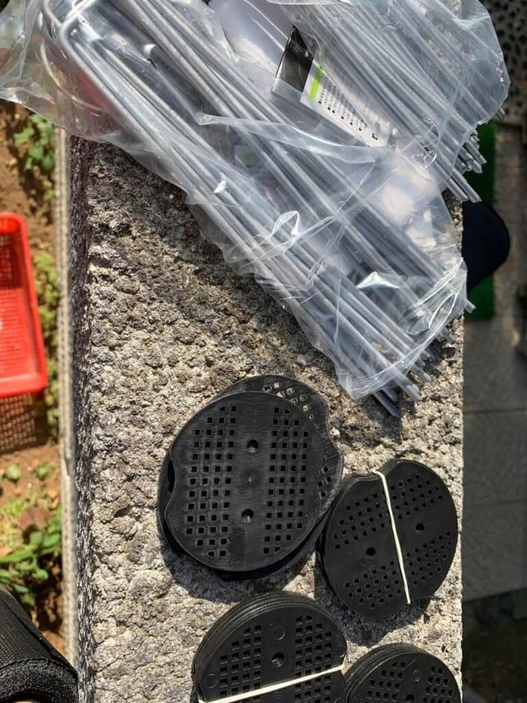 防草シートを固定する鉄製のピン