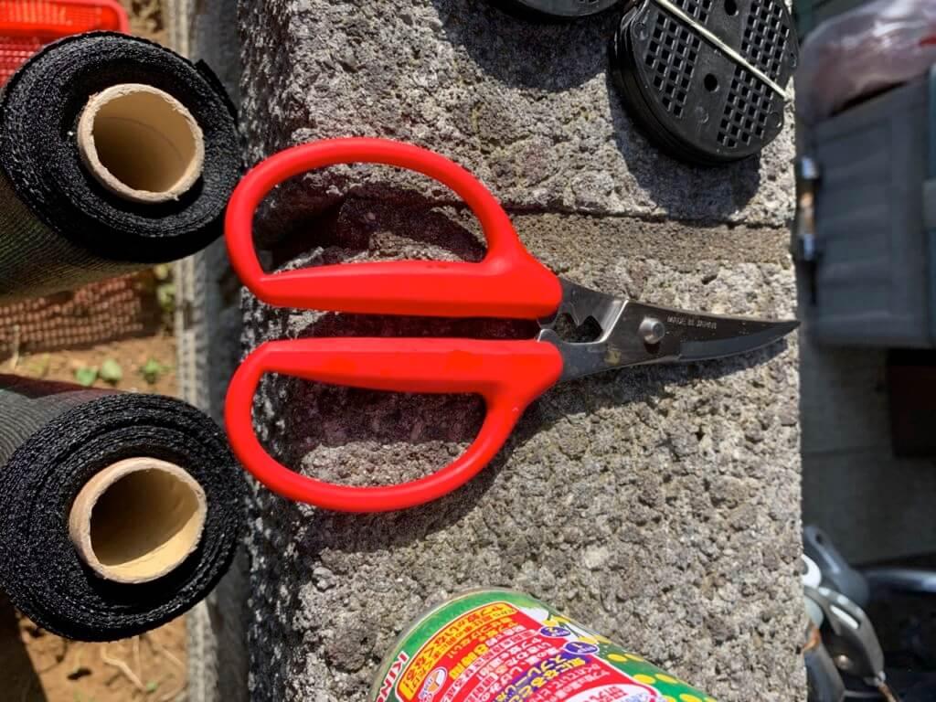 防草シートを切るハサミ