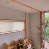 無印良品の木の家にオススメのロールスクリーンを1階の窓に取り付けた写真のアップ