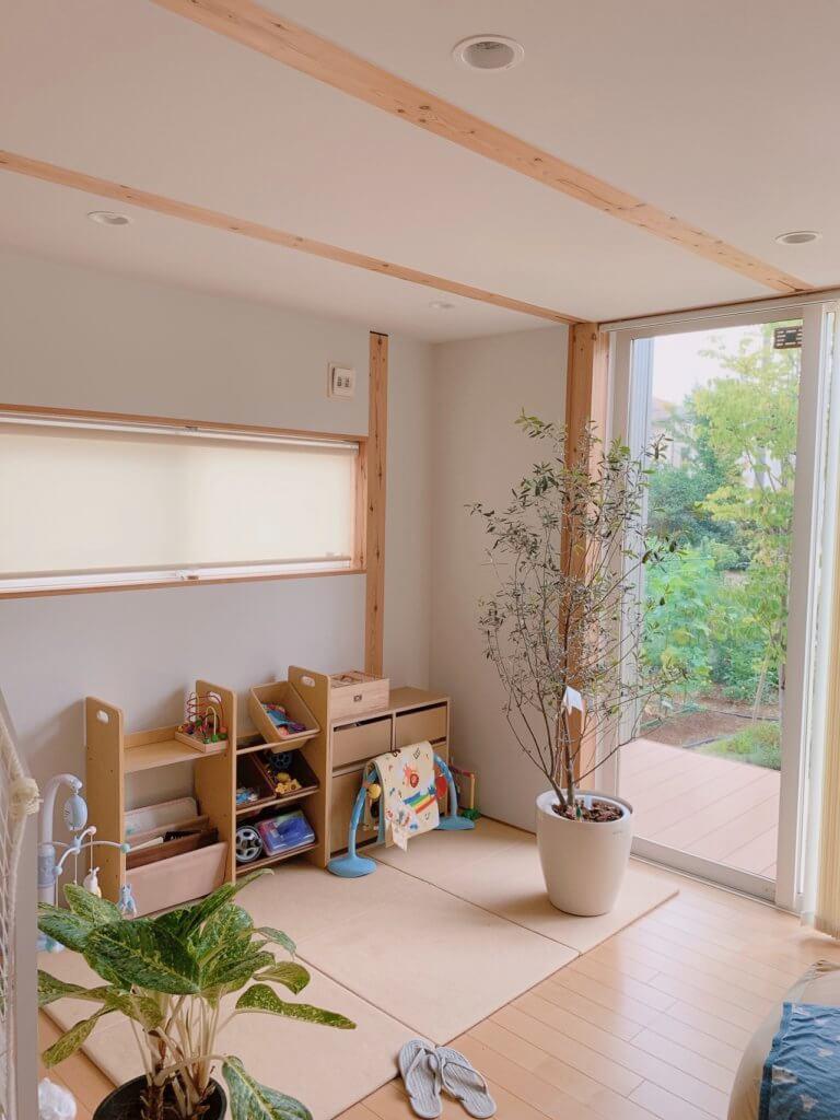 無印良品の木の家にオススメのロールスクリーンを1階の窓に取り付けた写真