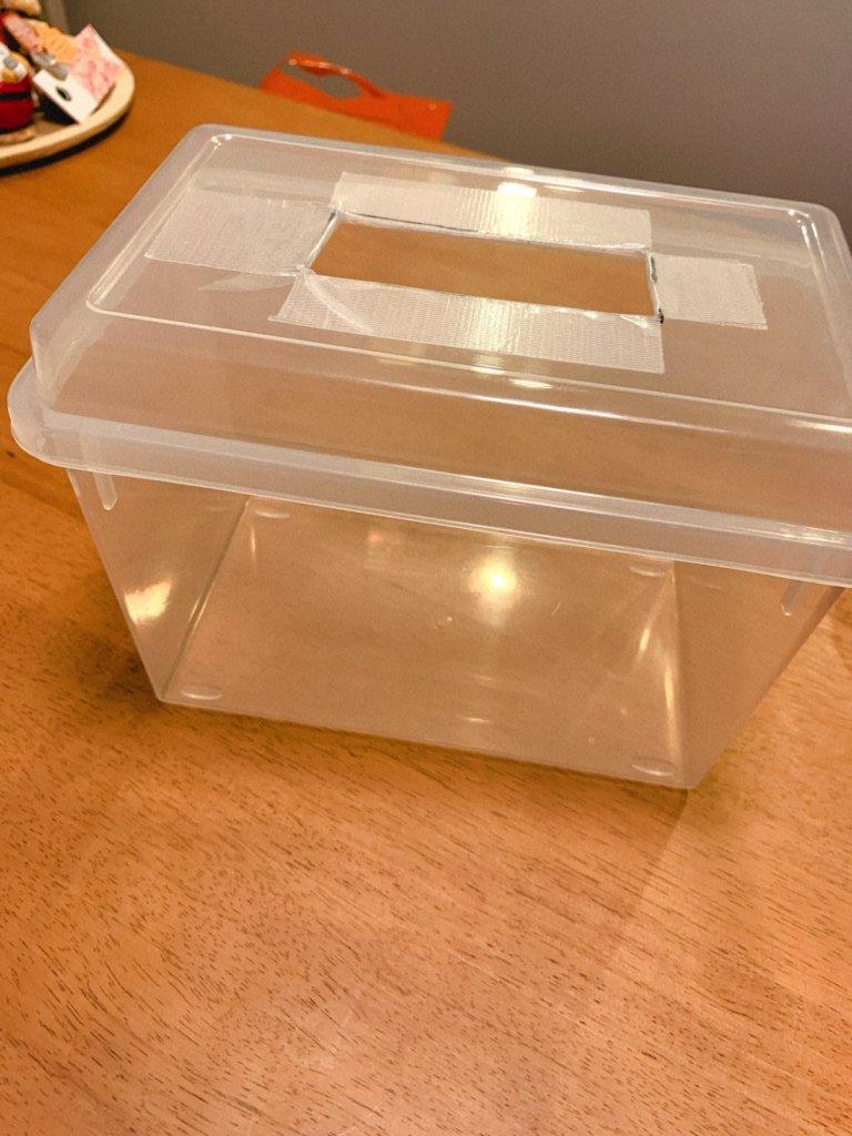 ティッシュの代わりの布を入れるボックス(穴を開けたところ)