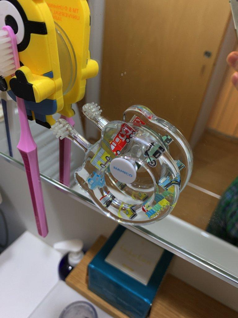 hamico(ハミコ)の歯ブラシホルダーに歯ブラシをかけた写真