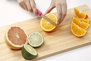 ビクトリノックスの果物ナイフで、果物を切るところ