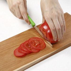 ビクトリノックスの果物ナイフで、トマトをきるところ