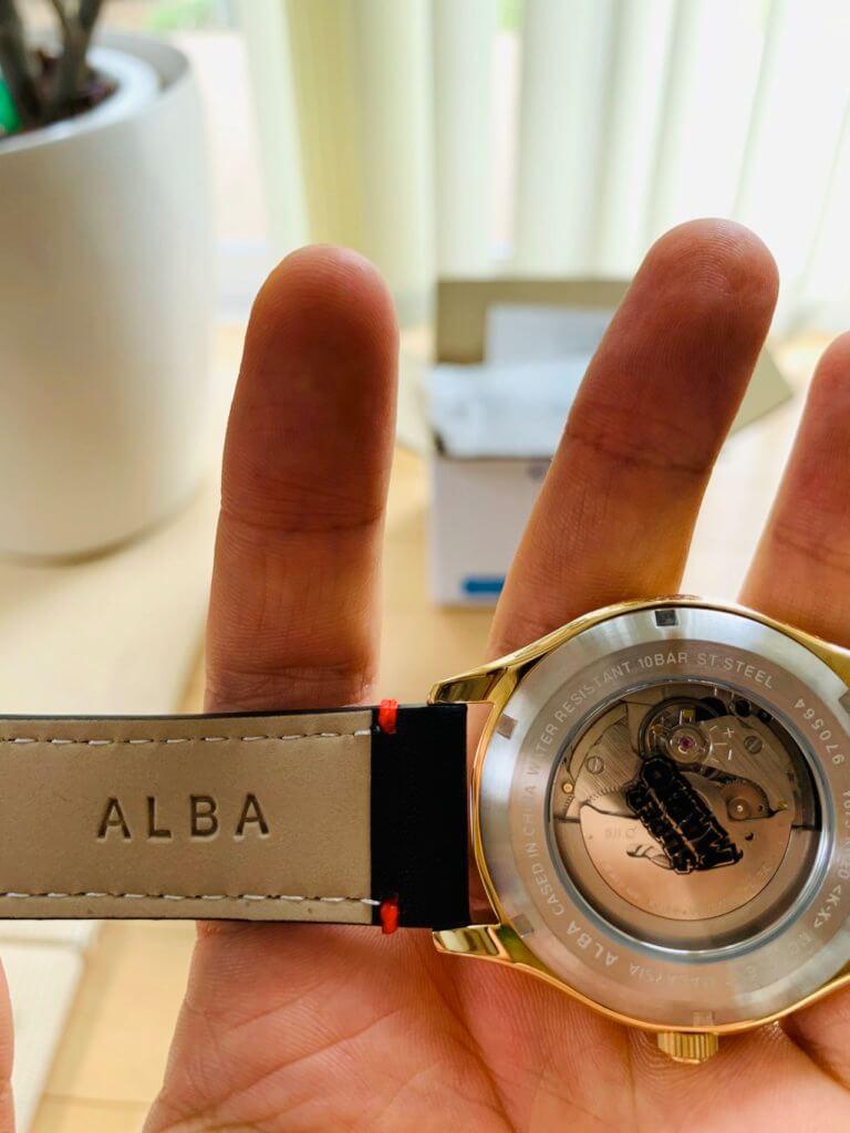 ALBAのマリオの時計の裏面のベルト部分