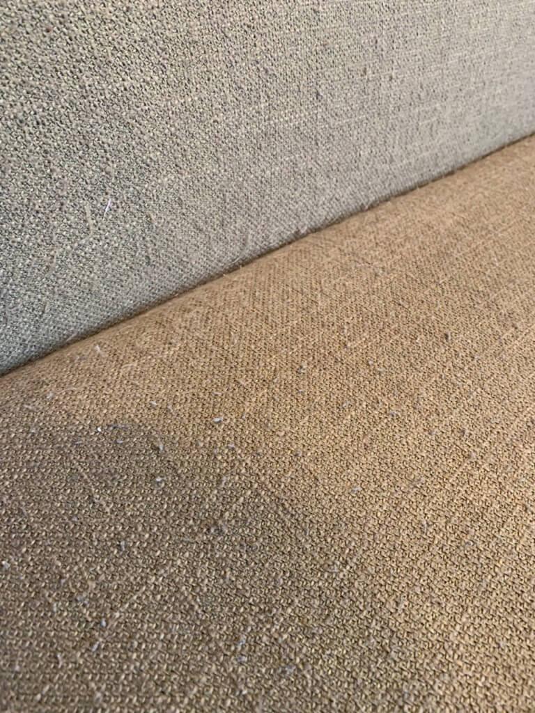 布地のソファの毛玉をとったところ