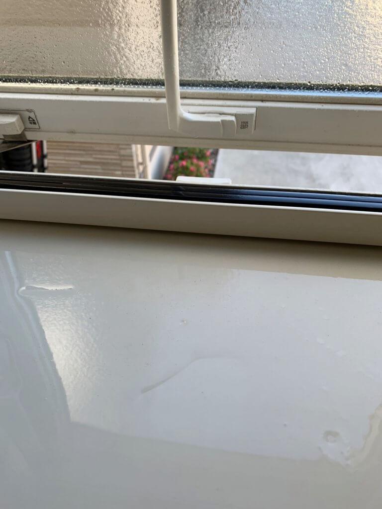 お風呂場の窓のサッシ