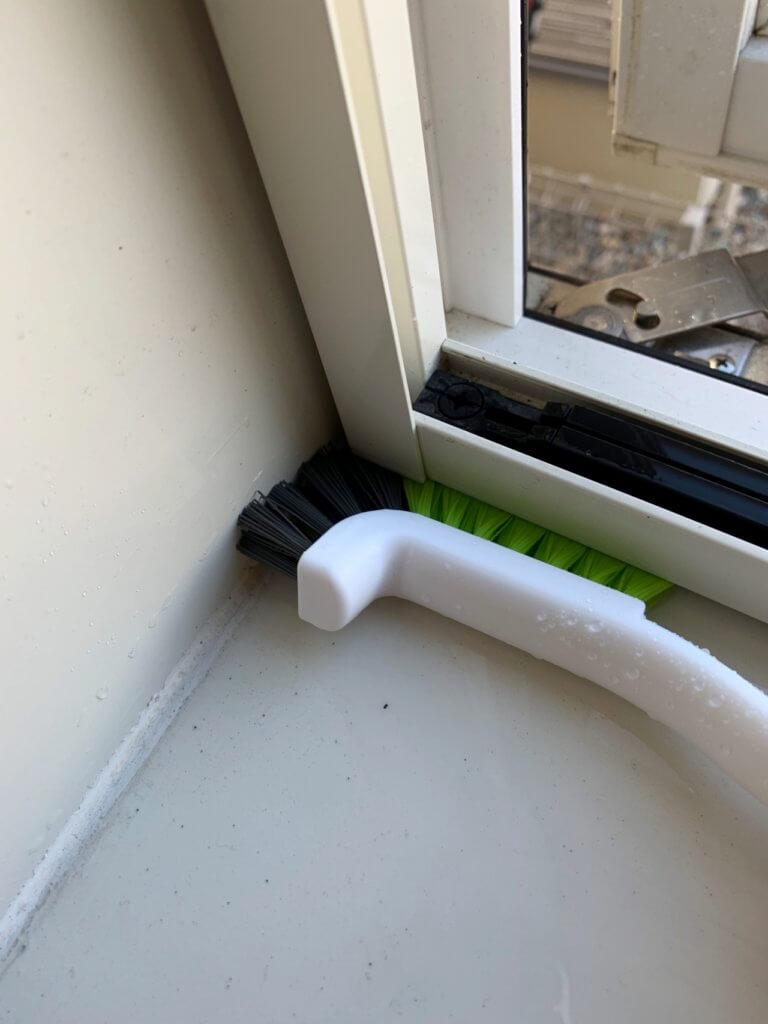 お風呂場の窓のサッシを専用ブラシで掃除