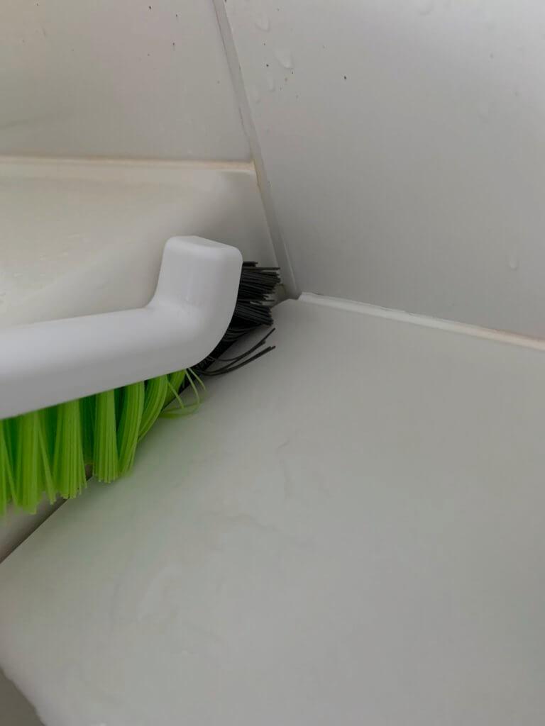 バスタブの間の隙間をお掃除ブラシで掃除