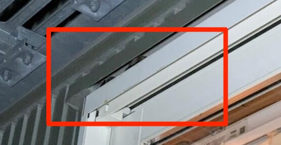 窓サッシの隙間のコウモリ