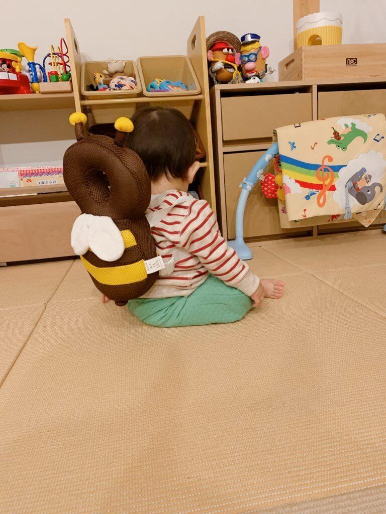 赤ちゃんの頭を守る、転倒防止用リュックの装着(後ろからの図)