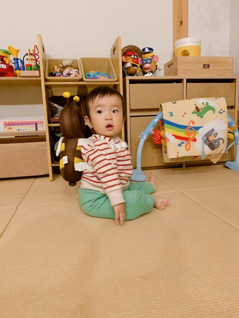赤ちゃんの頭を守る、転倒防止用リュックの装着(横から)