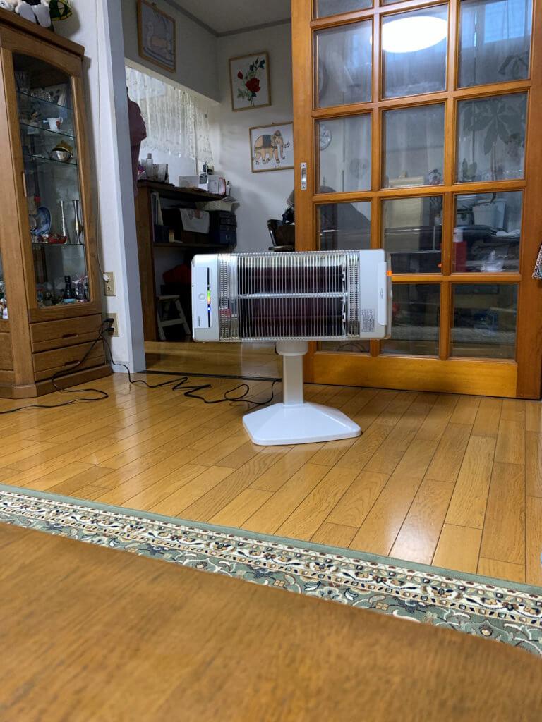 コロナ_コアヒート_遠赤外線電気ストーブは、遠くまで暖かい