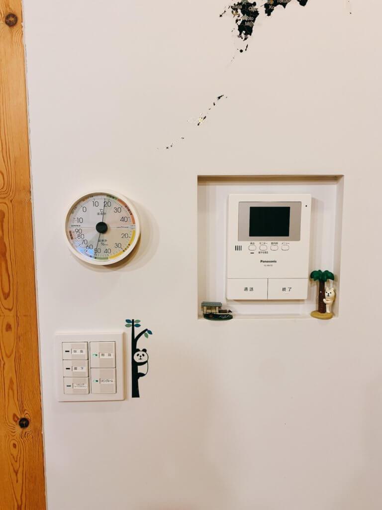 エンペックスのアナログ式温湿度計の設置した写真(ズームアウト)