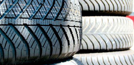 横積みのタイヤの保管