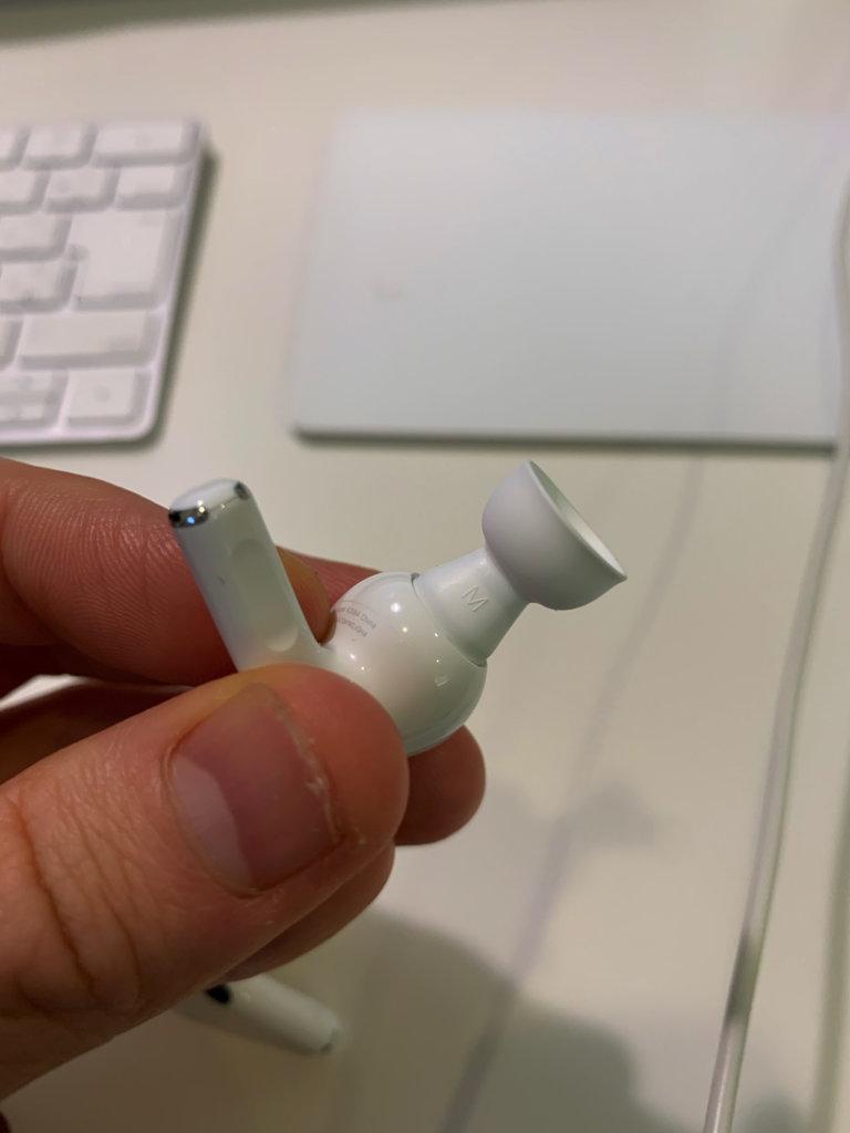 AirPods Proのイヤーチップを取りすところ、ステップ1