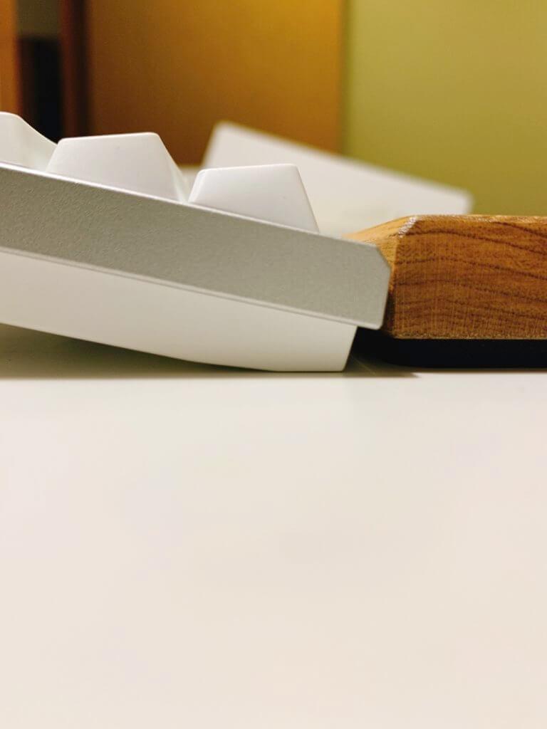 FILCO 木製キーボードリストレストとREALFORCEの側面からの写真