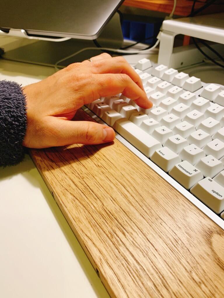 realforce のキーボードにFILCOのアームレストを使ってキーボードを打っている図