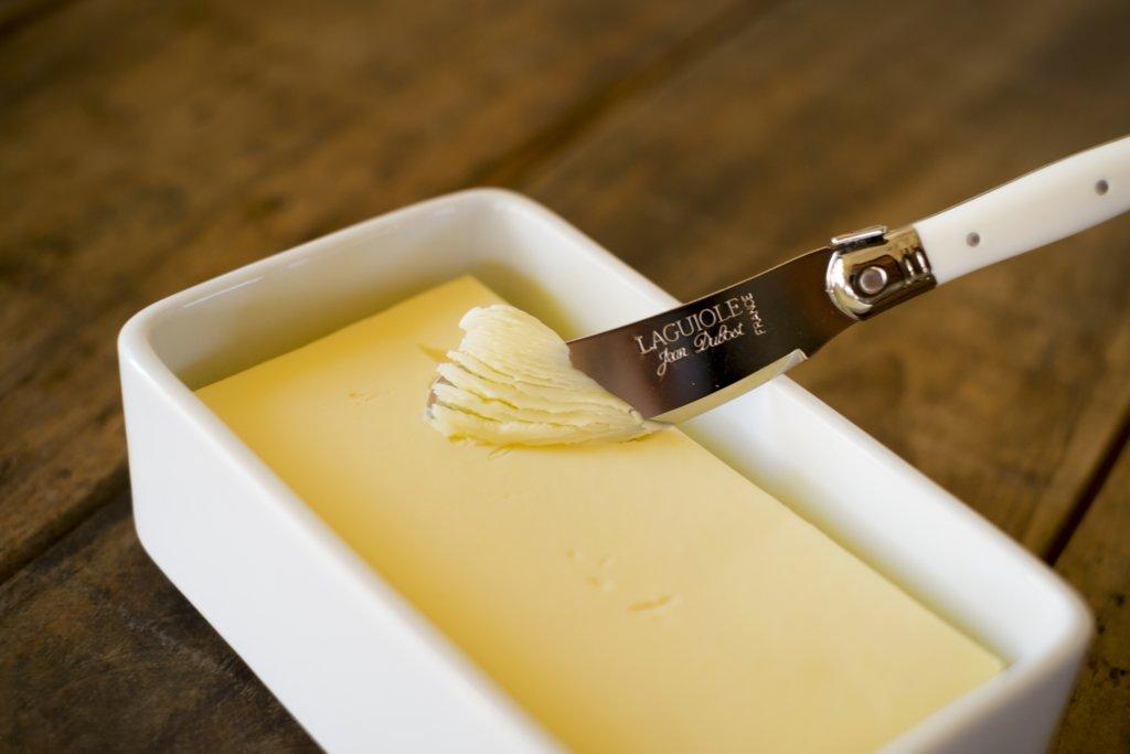 バターナイフを使って、バターと取る写真