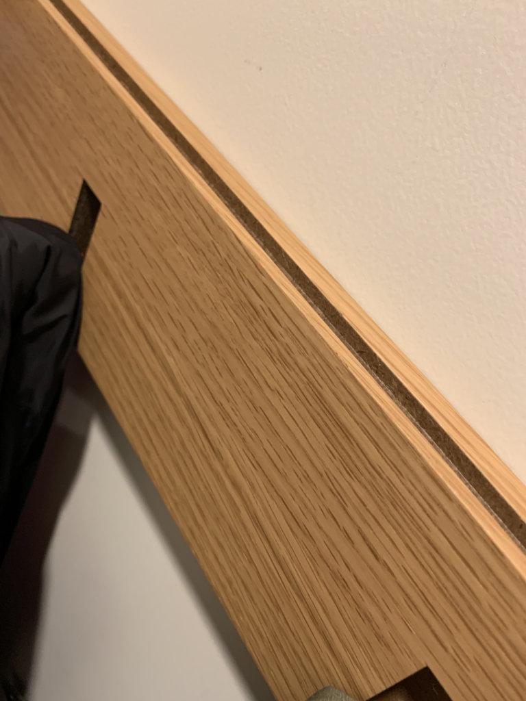 壁に付けられる家具・3連ハンガー・オーク材の上部。フックがかけられる